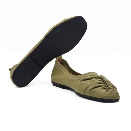 Ženske Slip on Loafer mokasine za leto . Ovaj model je izradjen od najfinije zelene Nappa kože koja je ručno obradjena i bojena. Na kraju je tretirana posebnim pastama i četkama da bi se dobio blago zamagljen izgled kože. Izraženi štep na vrhu i suptilno prošiven konac oko cele mokasine ne umanjuje klasičan dizajn ove obuće. Ovaj model ima novi pristup u izradi što se vidi po blago zaobljenim konturama sa delikatnim šavovima i naborima na prednjem delu cipele. Unutrašnjost i spoljni deo mokasina su kompletno izradjeni od prvoklasne teleće kože.