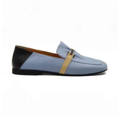 Ženske elegantne mokasine za leto Hazel loafer napravljene od prvoklasne lila Nappa kože izrazito glatke strukture. Ova vrsta kože je vrhunska i zato je rado koristimo za klasične modele cipela kao što je ovaj. Zato ove ženske mokasine deluju superiorno, a imaju vrlo jednostavan dizajn.