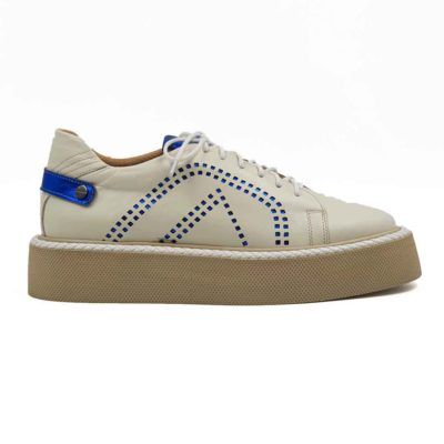 Ženske cipele od najkvalitetnije bež Boks kože, ručno farbane u polumat sjaju. Koža je dodatno tretirana posebnim četkama i pastom, a zatim osenčena da bi se dobio blago zadimljeni patina efekat. Diskretno ojačani šavovi na više mesta, bez dramatičnih prelaza, daju jednu rafiniranu notu ovom paru obuće. Detalji od kože u kraljevsko plavoj boji dodatno naglašavaju dinamičan vizuelni identitet ovog modela. Ove cipele su savršene ako tražite casual stil i udobnost. A želite jednostavan par ženskih cipela patika koji se lako uklapa uz većinu svakodnevne garderobe. Postava je izradjena u potpunosti od prirodne braon kože. Tamnobež djon The Gom od prirodne gume u kombinaciji sa ovom vrstom kože čini ove ženske kožne patike pravim izborom ako ste ceo dan u pokretu, a vodite računa o svom stajlingu. Tip izrade - Cementing. Jedan od naših favorita za novu sezonu 2021!