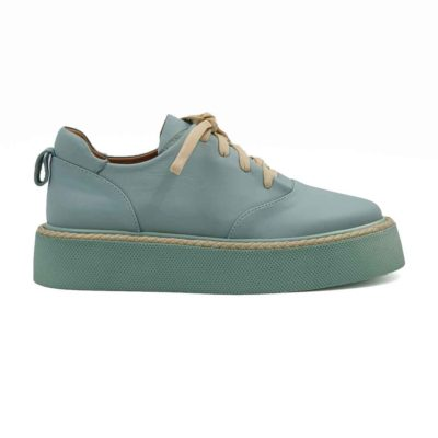Ženske elegantne patike cipele od prvorazredne zeleno/plave Boks kože glatke strukture. Koža je bojenasa polumat završnicom i na kraju ručno polirana specijalnom pastom za cipele. Zahvaljujući širokim pamučnim pertlama u bež boji koje nisu voskirane i metodi X cross pertlanja, dobili smo ženske cipele patike koji ulaze u kategoriju smart casual obuće. Vrlo svestrane i jednostavne za uparivanje sa većinom neformalne garderobe. Da bi se izbegao monolitni i minimalistički dizajn ovih ženskih cipela, koristili smo za ovaj model djon The Gom od prirodne gume. Unutrašnjost je kompletno od prirodne kože i savršeno se slaže sa spoljnom kožom. Ovo je model sa kojim ne možete da pogrešite. Jedan od naših favorita kada su u pitanju ženske cipele patike za proleće leto 2021. Ako igrate na sigurno, ali volite malo da eksperimentišete razmislite o ovom modelu.