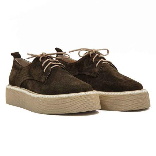Ženske moderne cipele patike Honeycomb izradjene su od najfinije army zelene prevrnute kože. Ručno su farbane , a na kraju sledi češljanje mekim četkama da bi se dobio fini baršunasti izgled. Vrlo jednostavne i moderne cipele patike koje ne zahtevaju posebnu vrstu garderobe i lako se kombinuju. Tanke bež pamučne pertle se odlično uklapaju sa djonom i prevrnutom kožom. Blago predimenzionirani djon od EVA gume pruža ovim ženskim patikama maksimalnu udobnost uz minimalnu težinu. Za unutrašnjost smo koristili prvoklasnu Nappa kožu koja će biti savršena za Vaša stopala. Zato ih možete bez ikakve brige nositi i bez čarapa. Model za svaku preporuku jer spaja dve najvažnije stvari kod casual patika- Udobnost i dizajn.