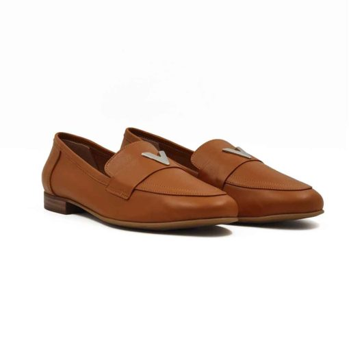 Ženske elegantne cipele mokasine V Loafer izradjene su od najfinije camel braon Nappa kože glatke strukture. Posle farbanja su ručno polirane posebnim sredstvima da bi se smanjio sjaj i produbila boja kože. Široka poprečna na gornjem delu i metalna šnala naglašavaju autentičan dizajn i izduženu siluetu. Ako volite savremeni dizajn sa klasičnim osnovama sigurno će Vam se dopasti ovaj model. Udoban The Gom djon od prirodne gume sa niskom štiklom pružiće odličan balans Vašem stopalu i sav potreban komfor. Unutrašnjost je kao i kod svih naših modela kompletno od prvoklasne kože. Ovo je klasičan primer za ultimativni Italijanski dizajn sa elementima prefinjenosti!