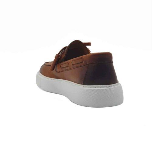 """Muške kežual mokasine Tassel Loaferside lacing od prvoklasne Nappa kože glatke strukture, bojene u camel braon boji. Ove cipele sa izrazito naglašenim šavom na gornjem delu mokasine. Dodatno su osenčene tamnobraon bojom na jeziku, vrhu i zadnjem delu mokasine. Bućkice i maxi rese od kože su tu kao neizostavni detalj sa kojima ove cipele dobijaju """"ono"""" što bi im falilo. Ovo je pravo rešenje za muškarce koji su skloni urbanoj eleganciji u kombinaciji sa klasičnim dizajnom. Izrazito fleksibilna i komforna muška mokasina zahvaljujući izradi tipa Blake Stitch i ultra lakom EVA The Gom djonu. Ovo je model cipela za praktične muškarce koji cene kvaliteti vole da osveže svoj autfit van vremenskim komadima, ali žele nešto malo drugačije. Unutrašnjost je kompletno izradjena od najfinije Nappa i antilop kože. Ovaj model ima nešto što je najvažnije kod cipela - Udobnost i dizajn. Must have za proleće leto 2021, ako je to Vaš stil!"""