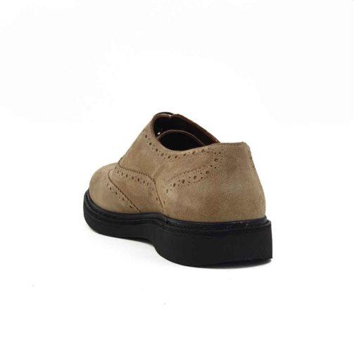 Muške cipele Oxford Smart Casual izradjene su od najfinije prevrnute teleće bež kože. Ručno su farbane i tretirane zanatskim četkama da bi se dobio blago zadimljeni polumat efekat na celoj površini kože. Poprečni štep na vrhu daje utisak preklopljene kože i umanjuje klasiku ovog modela cipela. Zahvaljujući njemu bore na mestu gde se koža prelama će biti manje vidljive. I lako će se uklopiti sa većinom Vaše garderobe. Ovaj model ima novi pristup u izradi što se vidi po blago zaobljenim konturama sa delikatnim šavovima na gornjoj strani cipele. Kompaktan EVA djon The Gom sa blago povišenom petom biće sve ono što Vam je potrebno da se osećate komforno tokom celog dana. U to možete biti sigurni. Tip izrade- Blake Stitch. Ovo je muška oksfordica koja nikad neće izaći iz mode!