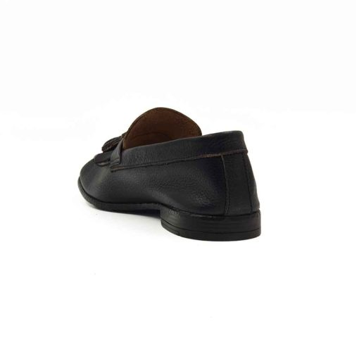 Muške mokasine Tassel Loafer napravljene od prvoklasne braon Nappa kože izrazito zrnaste strukture. Posebna pažnja je posvećena farbanju i poliranju da bi se dobio patina efekat kože. To je jedan od razloga zašto su ove muške mokasine superiorne, a imaju vrlo jednostavan dizajn bez obzira na kombinaciju bućkica i maxi resa. I zato su samo za muškarce koji preferiraju sofisticiran stil oblačenja. Ručno su farbane i polirane, tako da bi struktura kože bila jasna. Koža je savršeno mekana i nema alternativu za vrele dane. Djon je izradjen od kompozitnih materijala zahvaljući kojima je postignut balans izmedju komfora i dugotrajnosti. Izrazito fleksibilna iudobna muška obuća zahvaljujući novoj vrsti djona The Gom. Djon je tako izradjen da sprečava bilo kakvu deformaciju obuće. Sa ovim mokasinama ne morate da brinite o svom stajlingu, nećete pogrešiti!