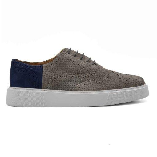 Muške elegantne cipele patike Modern Oxford izrađene su od najfinije i zanatski obrađene teleće prevrnute kože u sivoj i teget boji. Ovaj model je zanimljiva kombinacija dizajna koji je suprotan uobičajnom. Gornji deo je klasična Oksfordica, ali obrada i kombinacija dve boje kože zajedno sa sportskim djonom daje sasvim novi tip muške obuće. One sada postaju vrlo jednostavne i moderne cipele patike . Ovo je model cipela za praktične muškarce koji cene kvalitet, a žele nešto drugačije.... A pri tom sami definišu svoj Dress code i ne vole klasična odela. Prvoklasni EVA djon The Gom u beloj boji stvara zanimljiv kontrast, ali pruža punu fleksibilnost i udobnost koji se očekuje tokom celog dana. Ovo je savršen model za gospodu koji cene laganu obuću. Tip izrade- Blake Stitch. Samo za one sa istančanim ukusom!