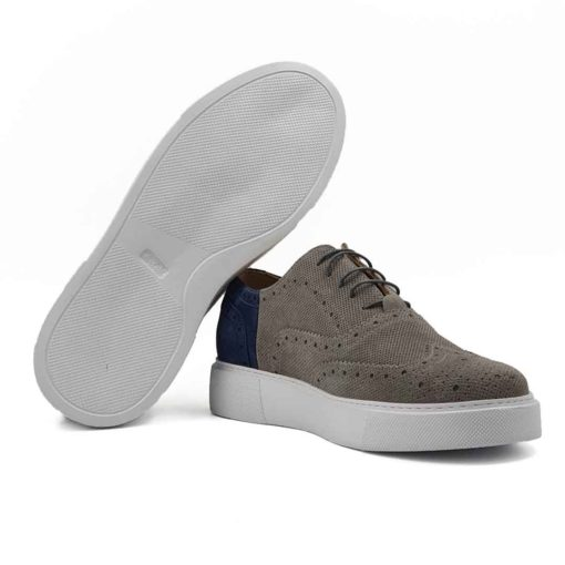 Muške elegantne cipele patike Modern Oxford izrađene su od najfinije i zanatski obrađene teleće prevrnute kože u sivoj i teget boji. Ovaj model je zanimljiva kombinacija dizajna koji je suprotan uobičajnom. Gornji deo je klasična Oksfordica, ali obrada i kombinacija dve boje kože zajedno sa sportskim djonom daje sasvim novi tip obuće. One sada postaju vrlo jednostavne i moderne cipele patike . Ovo je model cipela za praktične muškarce koji cene kvalitet, a žele nešto drugačije.... A pri tom sami definišu svoj Dress code i ne vole klasična odela. Prvoklasni EVA djon The Gom u beloj boji stvara zanimljiv kontrast, ali pruža punu fleksibilnost i udobnost koji se očekuje tokom celog dana. Ovo je savršen model za gospodu koji cene laganu obuću. Tip izrade- Blake Stitch. Samo za one sa istančanim ukusom!