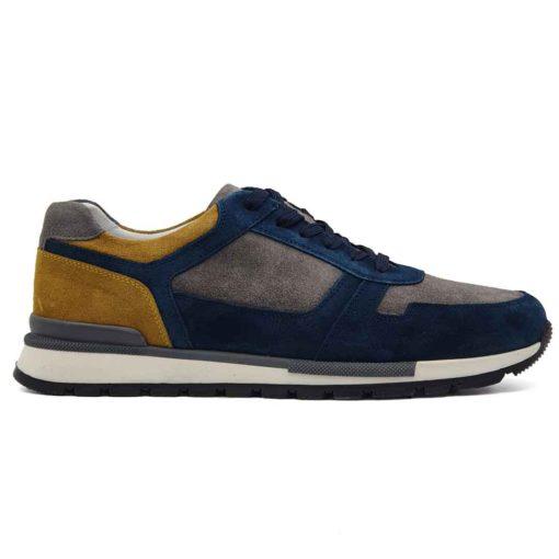 Predivne cipele patike low top radjene u kombinaciji prvoklasne sive, žute i teget prevrnute teleće kože. Ovaj model je pravi izbor ako tražite casual stil i udobnost, a želite nešto malo drugačije. Savršene cipele patike ako nameravate da podignete Vaš stajling i da se istaknete. Unutrašnjost je kompletno od kože u beloj boji i farbana je tako da se slaže sa spoljnom kožom. Prvoklasni djon The Gom od prirodne gume u više boja i tekstura stvara zanimljiv kontrast i slaže savršeno sa svim delovima od prevrnute kože. Ovo je provereni djon koji pruža punu fleksibilnost i komfor koji se očekuje tokom celog dana. Za to možemo da garantujemo jer je korišćen puno puta. Tip izrade- Blake Stitch. Pun pogodak kada su u pitanju muške cipele za proleće leto 2021!