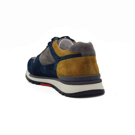 Muške plitke cipele patike low top radjene u kombinaciji prvoklasne sive, žute i teget prevrnute teleće kože. Ovaj model je pravi izbor ako tražite casual stil i udobnost, a želite nešto malo drugačije. Savršene cipele patike ako nameravate da podignete Vaš stajling i da se istaknete. Unutrašnjost je kompletno od kože u beloj boji i farbana je tako da se slaže sa spoljnom kožom. Prvoklasni djon The Gom od prirodne gume u više boja i tekstura stvara zanimljiv kontrast i slaže savršeno sa svim delovima od prevrnute kože. Ovo je provereni djon koji pruža punu fleksibilnost i komfor koji se očekuje tokom celog dana. Za to možemo da garantujemo jer je korišćen puno puta. Tip izrade- Blake Stitch. Pun pogodak kada su u pitanju muške cipele za proleće leto 2021!