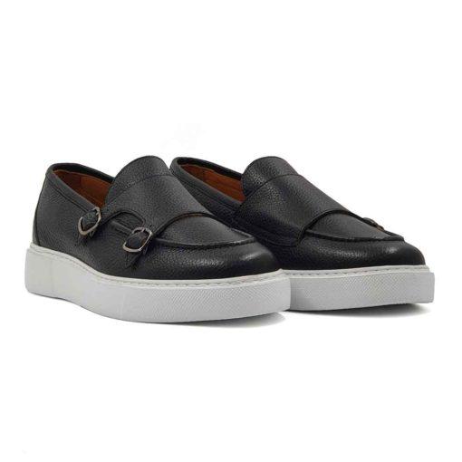 Muške mokasine od Nappa kože u stilu double monk cipela. Neuobičajna kombinacija jer meša formalni i trendy stil cipela. Kao rezultat dobili smo autentičan model muških mokasina koji je izradjen od najfinije teleće crne Nappa kože izrazito zrnaste strukture. Ručno farbane muške cipele sa jasno izraženim šavovima koji dodatno naglašavaju vizuelni identitet ovih muških mokasina. Na kraju su blago polirane posebnom pastom i tkaninom da ne bi bile suviše sjajne i da imaju pravu zaštitu. Ovo je savršeno rešenje za one koji na prvom mestu traže casual mušku obuću koju mogu da nose ceo dan, a da se osećaju ugodno u njoj. Ovo je model muških mokasina koji će Vaš stajling podići na viši nivo. Djon je EVA The Gom izradjen u beloj boji i savršeno diže ovaj model. Kao i kod svih naših cipela, kompletna unutrašnjost je od prvoklasne Nappa kože. Metoda izrade je Blake stitch.