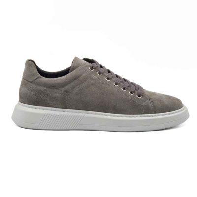 Muške elegantne patike cipele od prvoklasne prevrnute kože, blago baršunaste strukture u sivoj boji. Ručno su farbane i četkane, a zatim blago osenčene da bi se dobila savršena boja i izgled.Široke pamučne pertle savršeno se slažu sa monolitnim The Gom djonom u beloj boji. Diskretno naglašen šav na gornjem delu dodatno ističe sofisticirani dizajn. Ovo je pravo rešenje za muškarce koji traže eleganciju u kombinaciji sa klasičnim dizajnom. Ove muške cipele patike će se lako upariti sa većinom letnjih i prolećnih odevnih kombinacija zahvaljujući svojoj svestranosti. Lako ćete ih uklopiti i na bermude i na pantalone. Zahvaljujući postavi od meke kože, možete ih nositi bez brige i na bosu nogu. Biće dovoljno par sati da se savršeno oblikuju prema Vašem stopalu. Zato ove muške cipele spadaju u kategoriju izuzetno svestrane i udobne muške obuće. Izrada je zanatska- Blake Stitch, a djon The Gom- Comfort flex je od prirodne gume.