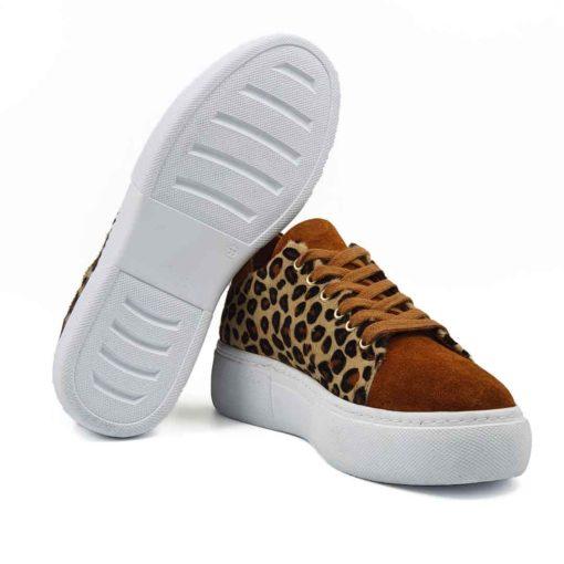Moderne ženske patike cipele za koje je korišćena vrhunska prevrnuta teleća koža u braon boji i konjska koža sa kratkim krznom. Blago baršunastog izgleda zahvaljujući zanatskoj obradi kože i ručnoj obradi posebnim četkama od konjske dlake.