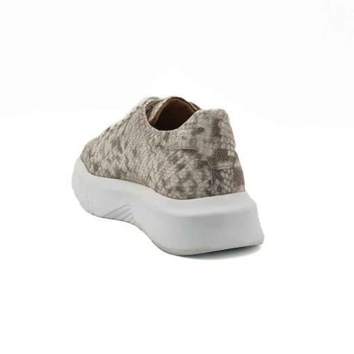 Ženske sportske cipele izradjene od prvoklasne bež teleće Nappa kože. Koža je ručno bojena i na kraju printom je postignuta završnica u stilu zmijske kože. Površina kože je blago perforirana i tretirana posebnim četkama, bojama i pastama da bi se dobila što vernija replika koža reptila. Ove elegantno sportske ženske patike su za svaku preporuku ako Vam treba nešto što će odgovarati većini Vaših kežual odevnih kombinacija.