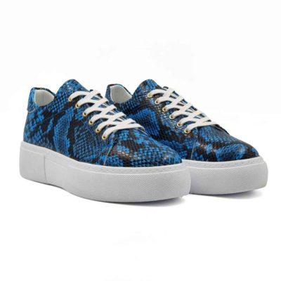 Ženske elegantne patike cipele od vrhunske ultramarine plave teleće Boks kože sa printom reptila. Bojene su polumat završnicom i ručno polirane specijalnom pastom za cipele. Na kraju su crnom bojom na par mesta farbane. Tako se dobila blago neujednačena marine plava boja sa izraženim crnim konturama. Zahvaljujući širokim pamučnim pertlama i metodi X pertlanja, dobili smo ženske cipele patike koji su u kategoriji smart casual obuća.