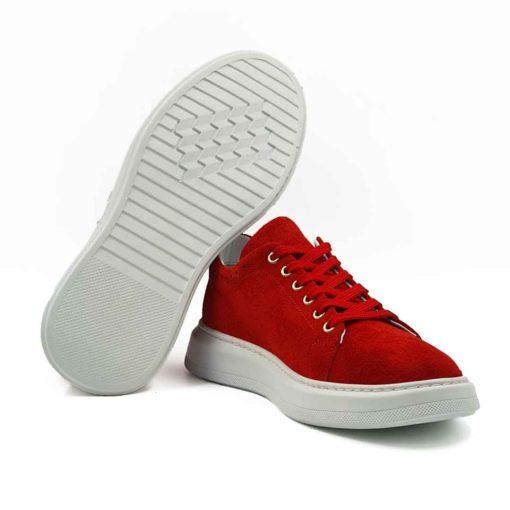 Ženske letnje cipele patike low top izradjene su od vrhunske prevrnute crvene kože. Ručno su farbane, a kasnije dovršene posebnim četkama od konjske dlake da bi se dobio blago baršunasti izgled kože. I pored toga koža i dalje ima jedva vidljivu zrnastu strukturu. Što se tiče dizajna ovde je sve svedeno na minimum, ali bez uticaja na kvalitet.