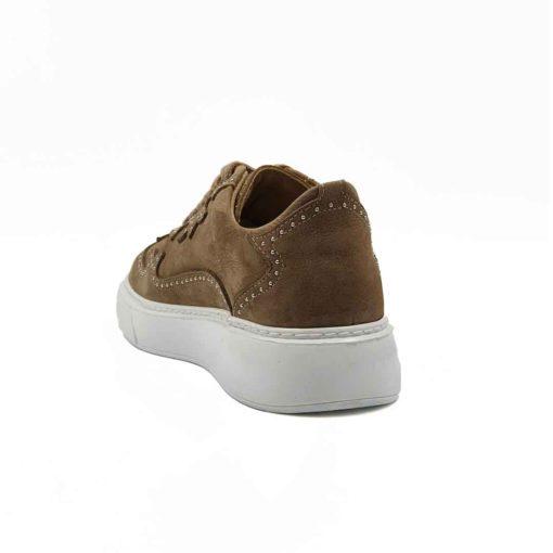 Elegantne cipele patike radjene od vrhunske bež Nubuck kože. Ovaj model je pravi izbor ako tražite casual stil i udobnost, a želite nešto malo drugačije. Savršene elegantne cipele patike za žene. Pravi izbor ako želite da podignete Vaš stajling i da se istaknete. Unutrašnjost je kompletno od kože i farbana je tako da se slaže sa spoljnom kožom. Prvoklasne ženske patike radjene sa djonom The Gom od prirodne gume u beloj boji koji stvara upečatljiv kontrast. Savršeno se slaže sa gornjim delom i dodatno ističe neuobičajne šavove i metalne ukrase.