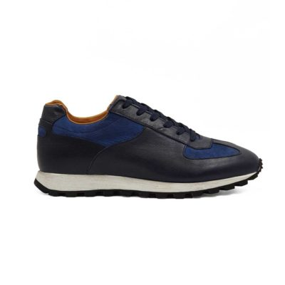 Muške kožne patike cipele za jesen/zimu, izradjene od najkvalitetnije teget Nubuck i Boks kože. Ručno su farbane sa polumat završnicom. Koža je dodatno tretirana posebnim četkama i pastom. Zatim je osenčena da bi se dobio blago zadimljeni patina efekat. Diskretno ojačani šavovi na više mesta, bez dramatičnih prelaza, daju jednu rafiniranu notu ovom paru muške obuće . Ovaj model cipela je savršen ako tražite casual stil i udobnost. I ako želite jednostavan par muških patika koji se lako uklapa uz većinu svakodnevne garderobe.