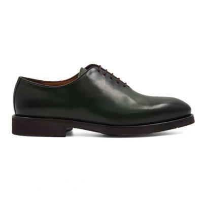 Muške cipele Oxford Smart Casual izradjene od najfinije zelene Nappa kože. Ručno su farbane i tretirane zanatskim četkama da bi se dobio blago zadimljeni polumat efekat na celoj površini kože. Sve što je radjeno na njima ne umanjuje klasičan izgled ovog modela cipela. Jedino što ih razlikuje od sličnih modela je smela tamnozelena. Ovo je zaista neuobičajna boja za Oxford cipele. Ali ne brinite jer će se vrlo lako uklopiti sa većinom Vaše garderobe.