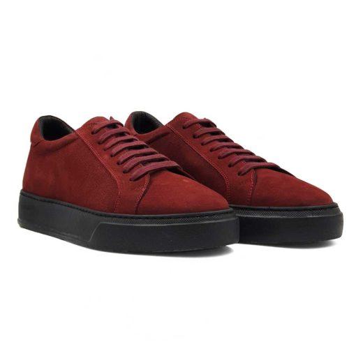 Muške jesenje cipele patike izradjene od prvoklasne Nubuck kože Bordeaux crvene boje. Da bi se dobio fin i prirodan izgled kože, na kraju su korišćene posebne paste i četke sa mekom konjskom dlakom. Tako je namerno ostavljena blago zrnasta struktura kože koja je jedva vidljiva. Dizajn je minimalistički. Djon je The Gom u crnoj boji, a štepovi su dodatno naglašeni svetlijim koncem. A sve to u kombinaciji sa pertlama u boji kože. Jednostavno je nemoguće da ovaj model bude neudoban, a sve to zahvaljujući novom djonu. Kao i kod drugih modela u našoj ponudi, postava je kompletno uradjena od najfinije prirodne kože.
