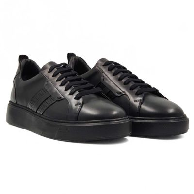 Muške smart casual cipele patike izradjene u kombinaciji crne glatke i perforirane Box kože. Farbane i ručno polirane da bi do izražaja došlo korišćenje dve različite strukture kože. Ove muške casual patike su zaista originalne i malo drugačije. One su jednostavne, ali moderne muške cipele patike koje odlikuje besprekorna silueta i robustan dizajn. Model za praktične muškarce koji cene kvalitet i udobnost obuće, ali ne žele da troše previše vremena na uparivanje obuće i garderobe.