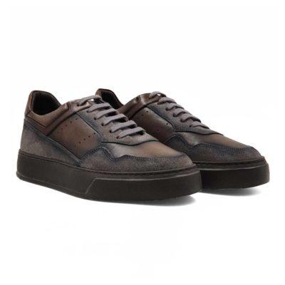 Muške plitke cipele patike od prvoklasne teleće bež prevrnute i braon Nappa kože. Sama koža je obradjena tako da ima Antique izgled. Ručno su farbane i četkane, a zatim blago osenčene po šavovima da bi se dobio savršen kontrast. Široke pamučne pertle u braon boji savršeno se slažu sa monolitnim The Gom djonom.