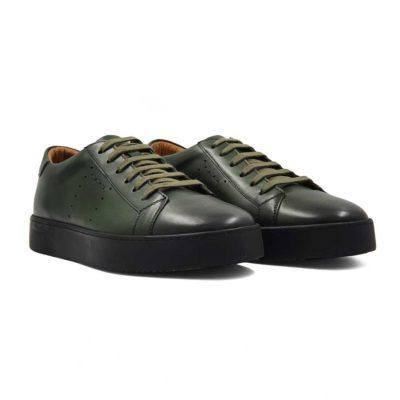 Patike cipele muske six holes izradjene od vrhunske Nappa kože, bojene u tamnozelenoj boji. Za fini izgled kože, na kraju su korišćene posebne četke sa mekom konjskom dlakom. Ručno su farbane i tretirane zanatskim alatom da bi se dobio blago zadimljeni polumat efekat na celoj površini kože. Sve što je radjeno na njima je u cilju da izgledaju upečatljivo. Da dizajn ne bi bio minimalistički, dodato je par rupica i konac u boji kože na bočnoj strani. Kao i kod drugih modela u našoj ponudi, postava je kompletno uradjena od prirodne kože.