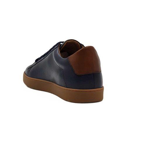 Muske sportske kezual patike cipele u teget boji, izradjene od prvoklasne Nappa kože. Jednostavan i vrlo sveden model muških patika.Glavni fokusna njima je braon kožni krug na bočnoj strani. Mali, ali efektan detalj. Da se ipak malo razlikuju od drugih modela dodat je djon The Gom X-lite.