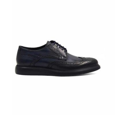 Muske zumbane cipele za čiju izradu je korišćena prvoklasna teleća Boks koža. Ovo su klasične muške cipele sa perforacijom u Škotskom stilu ( broghe ili zumbane na Srpskom jeziku). Koža je ručno farbana u teget boji, a zatim blago polirana posebnom pastom da bi se dobio polumat zadimljeni efekat. Zahvaljujući novom monolitnom djonu The Gom, dobili smo elegatnu siluetu cipela. Ona će biti savršena za svaku kežual ili poluformalnu priliku.