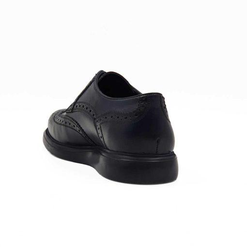 Muške zumbane cipele za čiju izradu je korišćena prvoklasna teleća Boks koža. Ovo su klasične muške cipele sa perforacijom u Škotskom stilu ( broghe ili zumbane na Srpskom jeziku). Koža je ručno farbana u teget boji, a zatim blago polirana posebnom pastom da bi se dobio polumat zadimljeni efekat. Zahvaljujući novom monolitnom djonu The Gom, dobili smo elegatnu siluetu cipela. Ona će biti savršena za svaku kežual ili poluformalnu priliku.