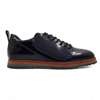 Elegantne muške cipele High Gloss od fine teleće Nappa kože. Ako volite trendy cipele onda je ovo model koji Vam preporučujemo. Poenta je u završnici koja je uradjena u visokom sjaju. Ovo je do sada bilo rezervisano isključivo za elegatne muške cipele! Ručno su farbane sa izraženim šavovima koji dodatno naglašavaju vizuelni identitet ovog modela. Uže pertle završavaju se X cross pertlanjem na risu. Ovo je pravo rešenje za one koji na prvom mestu traže moderne muške cipele koju mogu da nose ceo dan, a da se osećaju prijatno u njima.