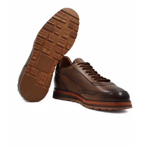Muške jesenje cipele patike eight holes izradjene od vrhunske Nappa kože, bojene u tamnobraon boji. Za fini izgled kože, na kraju su korišćene posebne četke sa mekom konjskom dlakom. Da dizajn ne bi bio minimalistički, dodali smo istu perforiranu braon kožu na gornjem delu. Sve zajedno daje kombinaciju koja se savršeno slaže sa širokim braon pamučnim pertlama. Kao i kod drugih modela u našoj ponudi, postava je kompletno uradjena od najbolje prirodne kože.