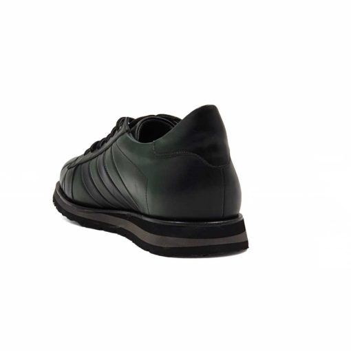 Muške plitke cipele patike izradjene od fine Boks kože u zelenoj boji. Površina kože je tretirana posebnim četkama od životinjske dlake, da bi se dobila upečatljiva polumat završnica. Ovaj model patika cipela zbog boje i prišivenih crnih traka od kože na bočnim stranama, izlazi iz zone minimalizma. Zato ove muške sportske cipele nisu namenjene svim muškarcima, već samo onima koji teže nekonvencionalnom stilu. Ipak ništa nije preterano na ovom modelu, jer smo ostali na kombinaciji dve boje koje se dopunjuju. Unutrašnjost je, kao i kod svih naših modela, od prirodne kože. Zato ćete manje brinuti o zdravlju Vaših stopala, a obuća će Vam biti prijatna za nošenje tokom celog dana. Novi EVA djon The Gom pružiće Vam optimalan komfor tokom celog dana. Tip izrade- Cementing. Samo za one sa autentičnim stilom!