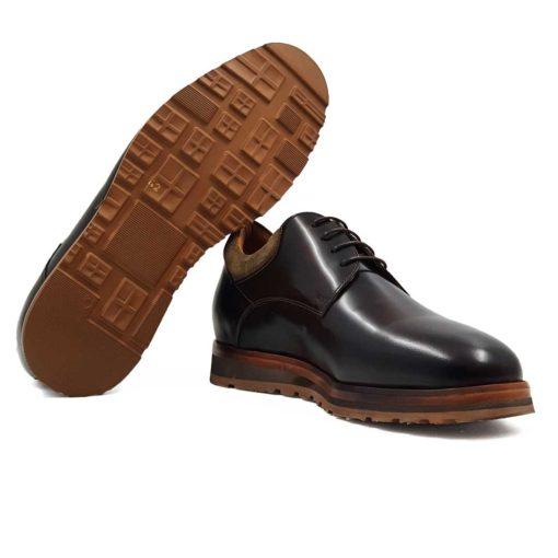 """Muške klasične cipele Plain Toe od prvoklasne teleće Nappa kože. Ako volite umeren stil bez nepotrebnih detalja, onda je ovo model koji Vam toplo preporučujemo. Poenta je u završnici koja je uradjena u visokom sjaju. Ovo je do sada bilo rezervisano isključivo za elegatne muške cipele! Sada više nije. Ručno su farbane i šivene diskretnim šavovima koji nenametljivo naglašavaju vizuelni identitet ovog modela. Da ove cipele ne bi bile """" dosadne """" ubačen je komad prevrnute kože u tamnobež boji. Uže pamučne pertle u boji kože su jedino logično rešenje za ovaj model. Ovo je pun pogodak za gospodu koja traže klasične muške cipele koje mogu da nose ceo dan. A pritom žele da se osećaju prijatno u njima."""