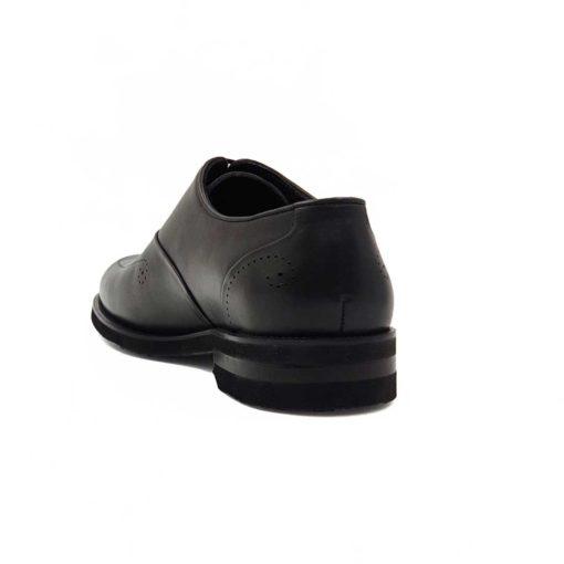 Muške Oksford cipele Plain Toe izradjene su od vrhunske Boks kože u tamnosivoj boji. Koža je diskretno perforirana na više mesta sitnim rupicama koje se savršeno uklapaju, sa gotovo neprimetnim šavovima. Ovaj model cipela je tretiran finim četkama kako bi se sačuvao autentičan izgled kože. Ove elegantne muške cipele su za svaku preporuku ako tražite nešto što će odgovarati većini Vaših svečanih i smart casual odevnih kombinacija. Za unutrašnjost smo koristili prvoklasnu Nappa kožu u crnoj boji i na taj način smo ispoštovali logično rešenje po pitanju dizajna koji je uobičajen. The Gom djon od prirodne gume pruža fleksibilnu strukturu i komfor koji će Vam biti potrebni tokom celog dana ili večeri. Uložak je od silikona i presvučen je najfinijom kožom, tako da će Vam svaki korak biti pravo uživanje. Tip izrade- Blake Stitch.