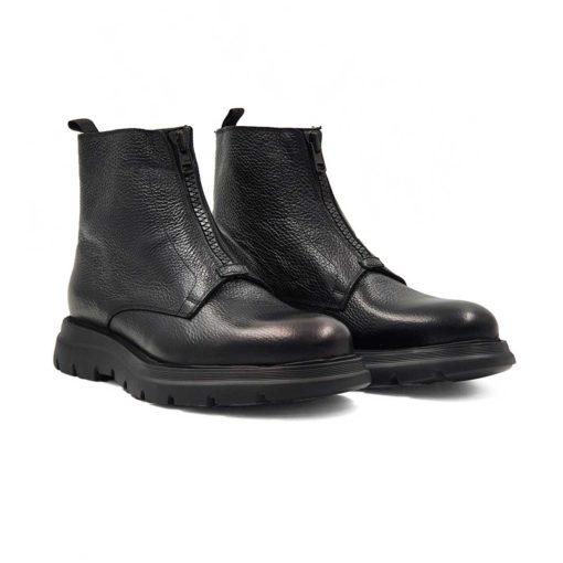Muške smart casual čizme od vrhunske Boks kože u crnoj boji, izrazito zrnaste strukture. Tip muških čizama koji se tek pojavljuje na tržištu. Ali kod ovog modela je postignut savršen balans izmedju gornjeg i donjeg dela čizama. Farbane su ručno, ali neravnomerno da bi se dobio patina efekat. Na kraju su polirane posebnom pastom u polumat završnici sa blago zadimljenim izgledom. Jednostavne i moderne muške čizme koje odlikuje ugladjena silueta i komfor. Za savremene muškarce koji cene kvalitet, a žele nesto drugačije i upečatljivo.....