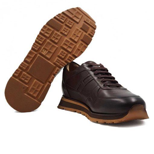 Muske sportsko elegantne cipele patike od najkvalitetnije braon Boks kože. Ručno su farbane u polumat sjaju. Koža je dodatno tretirana posebnim četkama i pastom. Zatim je osenčena da bi se dobio blago zadimljeni patina efekat i dubina boje. Diskretno ojačani šavovi na više mesta, bez dramatičnih prelaza, daju jednu rafiniranu notu ovom paru muške obuće. Detalji dodatno naglašavaju vizuelni identitet ovog modela. Ove muške cipele su savršene ako tražite casual stil i udobnost. A pri tom želite jednostavan par obuće koji se lako uklapa uz većinu svakodnevne garderobe. Postava je izradjena u potpunosti od prirodne kože.