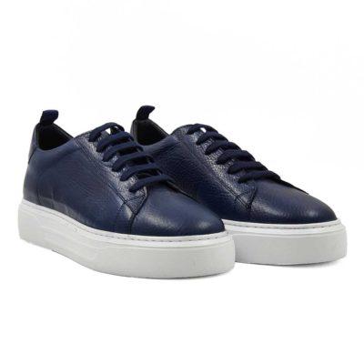 Muške sportske cipele six holes od prvoklasne Nappa kože blago zrnaste strukture. Bojene su ručno u teget boji.