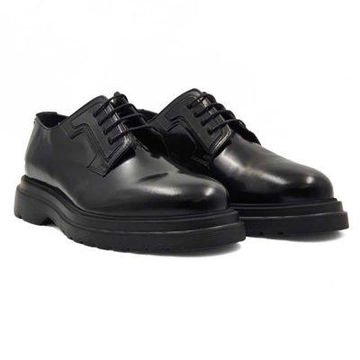 Muške moderne cipele Blucher Plain Toe izradjene su od prvoklasne glatke teleće Nappa kože. Bojene su u crnoj boji i lakirane u polumatmat sjaju. Ove cipele su ručno farbane i polirane da bi se dobio sjaj sa blago zadimljenim efektom. Farbane su dva puta da bi se postigla jedva vidljiva neujednačena, ali puna crna boja. Svojim jednostavnim i neoklasičnim dizajnom pružaju osećaj prefinjenosti i stila.