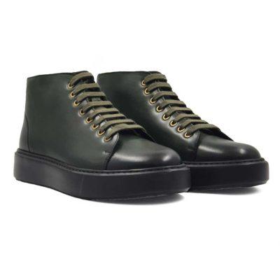 Muške poluduboke cipele patike izrađene od najfinije teleće kože. Ona je vrhunska i bojena je dva puta u dve nijanse tamnozelene boje. Na taj način je boja postala neujednačena i deluje zaista impresivno. Diskretno ojačani šavovi na vrhu patike, bez dramatičnih prelaza, daju jednostavnu notu ovom paru muške obuće .Ovaj model je savršen ako tražite smart casual stil i želite samo udobne muške cipele.