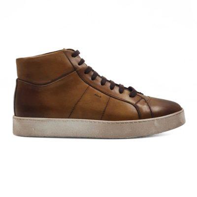 Muške duboke patike izradjene od prvoklasne teleće braon Box kože. Sama koža je obradjena tako da ima Antique izgled. Ručno su farbane i polirane, a zatim blago osenčene po šavovima da bi se dobio savršen kontrast. Bojene su u dve nijanse braon boje, a to je posebno naglašeno na vrhu i peti cipele. Tako je nastao snažan dizajn koji je inače i vrlo praktičan!