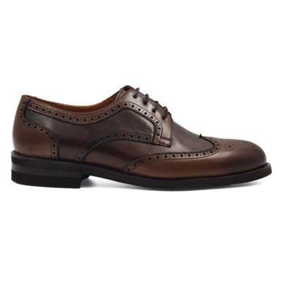 Muške zumbane cipele izradjene u kombinaciji 2 vrste braon Nappa kože. Ovo je klasičan predstavnik Engleske obuće za gospodu! Vrh cipele je blago zamagljen i daje dubinu boji kože. Pravi primer za muške Wingtip Derby cipele. Ali moderan duh je tu zahvaljujući ultralakom The Gom djonu.