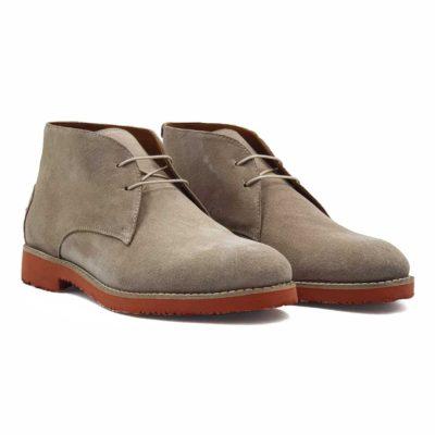 Muške cipele spenserice izradjene od najfinije prevrnute kože. Bojene su u bež boji i punokrvni su predstavnik Desert Boot obuće. Za one koji ne znaju, ove čizme su postale popularne tokom ratova u severnoj Africi, a prihvaćene su u celom svetu sredinom 20 veka. Za fini i baršunasti izgled prevrnute kože, na kraju su korišćene posebne četke sa mekom konjskom dlakom.