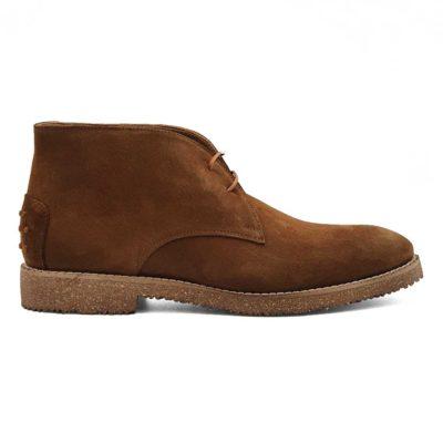 Muške spenser cipele izradjene su od najfinije prevrnute kože. Bojene su u camel braon boji i punokrvni su predstavnik Desert Boot obuće.