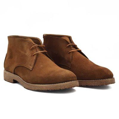 Muške spenser cipele izradjene od najfinije prevrnute kože. Bojene su u bež boji i punokrvni su predstavnik Desert Boot obuće. Za one koji ne znaju, ove čizme su postale popularne tokom ratova u severnoj Africi, a prihvaćene su u celom svetu sredinom 20 veka. Za fini i baršunasti izgled prevrnute kože, na kraju su korišćene posebne četke sa mekom konjskom dlakom.